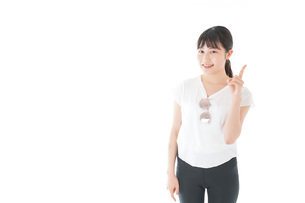 指を指す女性・リゾートイメージの写真素材 [FYI04715353]