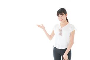 指を指す女性・リゾートイメージの写真素材 [FYI04715354]