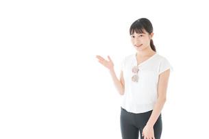 指を指す女性・リゾートイメージの写真素材 [FYI04715355]