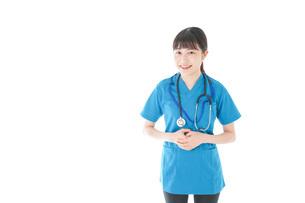 笑顔の若い女性看護師の写真素材 [FYI04715362]