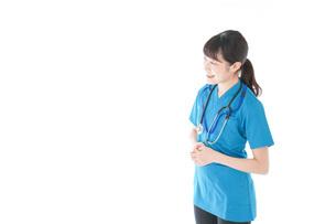 笑顔の若い女性看護師の写真素材 [FYI04715364]