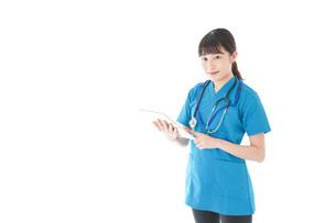 笑顔の若い女性看護師の写真素材 [FYI04715371]