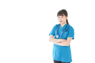 笑顔の若い女性看護師の写真素材 [FYI04715374]