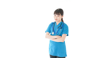 笑顔の若い女性看護師の写真素材 [FYI04715376]