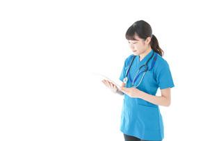 笑顔の若い女性看護師の写真素材 [FYI04715377]