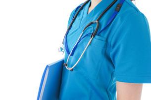 笑顔の若い女性看護師の写真素材 [FYI04715382]