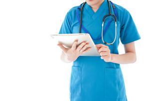 笑顔の若い女性看護師の写真素材 [FYI04715385]