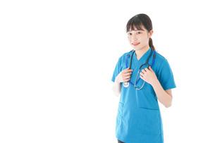 笑顔の若い女性看護師の写真素材 [FYI04715387]