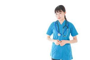 笑顔の若い女性看護師の写真素材 [FYI04715390]