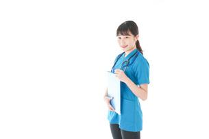 笑顔の若い女性看護師の写真素材 [FYI04715391]