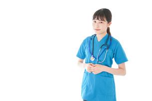 笑顔の若い女性看護師の写真素材 [FYI04715396]
