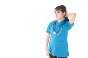笑顔の若い女性看護師の写真素材 [FYI04715397]