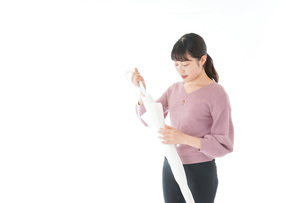 傘をさす若い女性の写真素材 [FYI04715398]