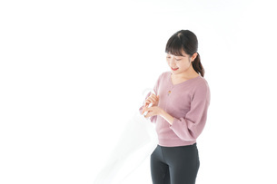 傘をさす若い女性の写真素材 [FYI04715400]
