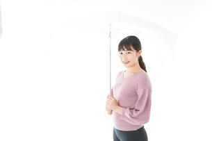 傘をさす若い女性の写真素材 [FYI04715402]