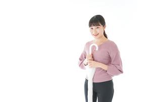 傘をさす若い女性の写真素材 [FYI04715403]