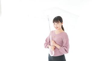 傘をさす若い女性の写真素材 [FYI04715404]