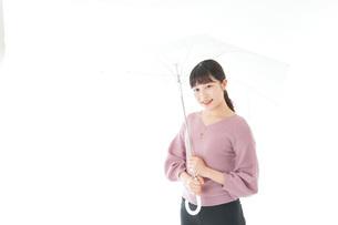 傘をさす若い女性の写真素材 [FYI04715405]