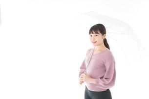 傘をさす若い女性の写真素材 [FYI04715410]
