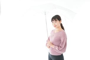 傘をさす若い女性の写真素材 [FYI04715411]