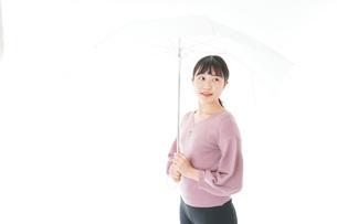 傘をさす若い女性の写真素材 [FYI04715413]