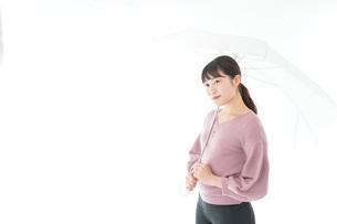 傘をさす若い女性の写真素材 [FYI04715414]