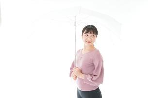 傘をさす若い女性の写真素材 [FYI04715415]