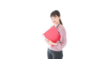 カジュアルウェアで働く若い女性の写真素材 [FYI04715419]