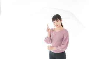 傘をさす若い女性の写真素材 [FYI04715420]