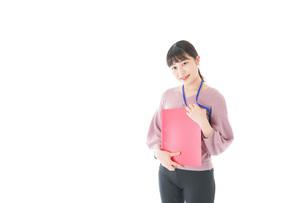 カジュアルウェアで働く若い女性の写真素材 [FYI04715422]