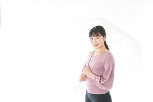 傘をさす若い女性の写真素材 [FYI04715424]