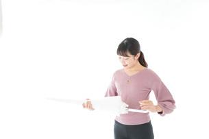傘をさす若い女性の写真素材 [FYI04715425]
