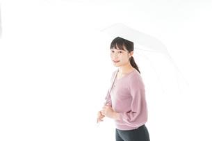 傘をさす若い女性の写真素材 [FYI04715426]