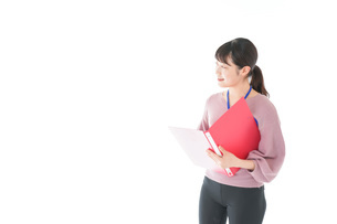 カジュアルウェアで働く若い女性の写真素材 [FYI04715428]