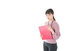 カジュアルウェアで働く若い女性の写真素材 [FYI04715434]