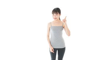 スポーツのアドバイスをする若い女性の写真素材 [FYI04715439]