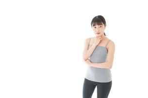 体型に悩む若い女性の写真素材 [FYI04715440]