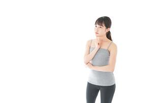 体型に悩む若い女性の写真素材 [FYI04715441]