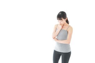 体型に悩む若い女性の写真素材 [FYI04715442]