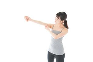 筋肉を鍛える若い女性の写真素材 [FYI04715444]