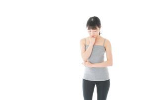 体型に悩む若い女性の写真素材 [FYI04715446]