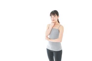 体型に悩む若い女性の写真素材 [FYI04715449]