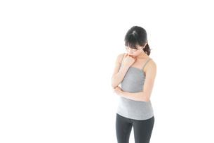 体型に悩む若い女性の写真素材 [FYI04715452]