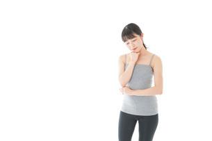 体型に悩む若い女性の写真素材 [FYI04715453]