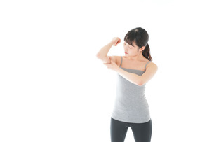 筋肉を鍛える若い女性の写真素材 [FYI04715458]