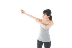 筋肉を鍛える若い女性の写真素材 [FYI04715459]