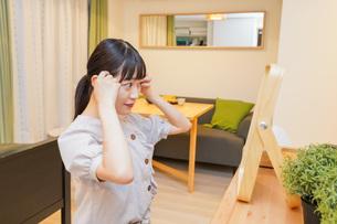 髪のセットをする若い女性の写真素材 [FYI04715470]