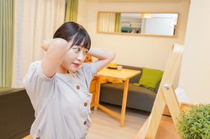 髪のセットをする若い女性の写真素材 [FYI04715472]