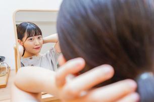 髪のセットをする若い女性の写真素材 [FYI04715477]