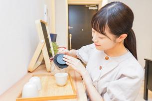 お茶を入れる若い女性の写真素材 [FYI04715478]